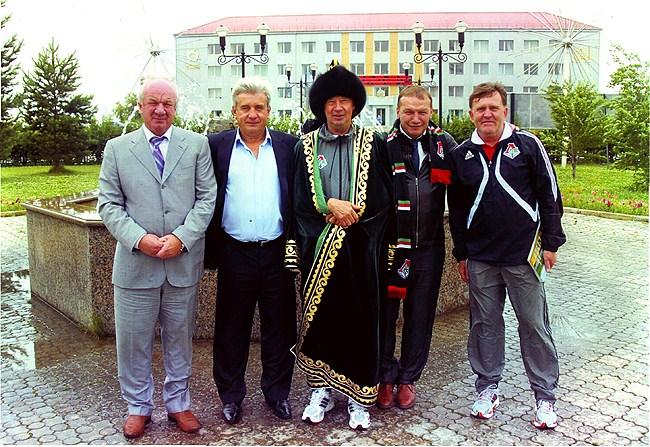На фото: Победа над «Локомотивом» стала исторической для Учалов. После матча был выпущен плакат, на котором Сёмин и Наумов запечатлены с руководителями города.